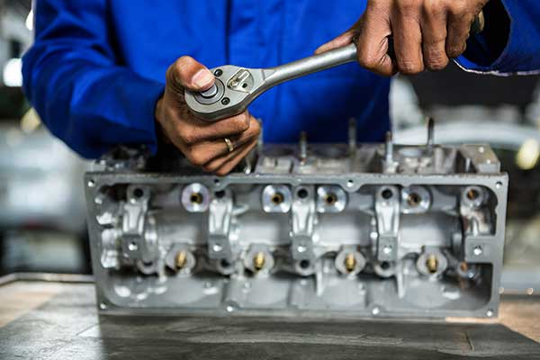 Auto-mit-Motorschaden-reparieren