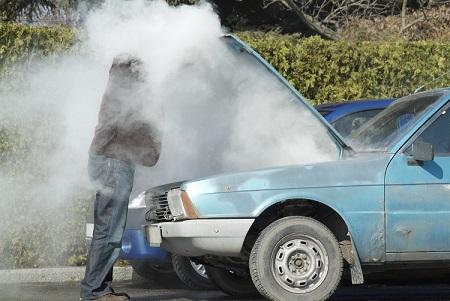 Auto-Motorschaden-Raucht-überhitzt-mann