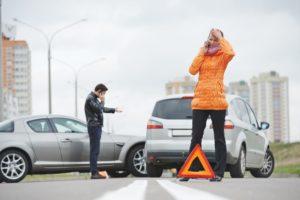 Unfall-Auto-Frau-Mann-am-Handy