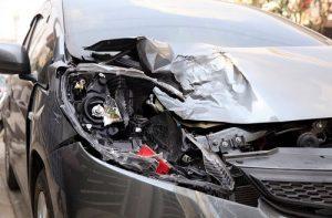 Unfall-Auto-Frontschaden-dunkel-silber-min