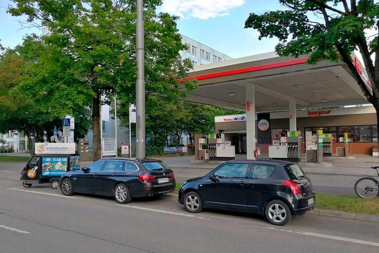Autodandler-hinhter-Total-Tankstelle